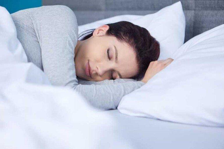 Почему сон в прохладной комнате полезен для фигуры