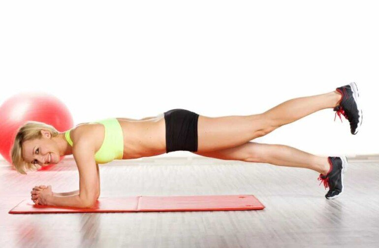 5 упражнений от валиков на боках и бедрах