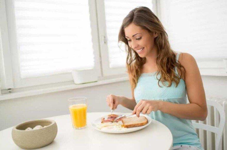 Почему тем, кто хочет похудеть, стоит завтракать как следует