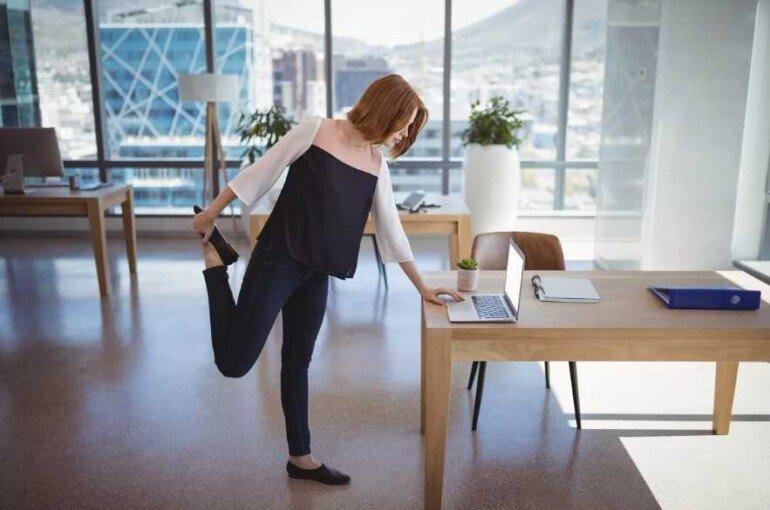 Как разминаться на сидячей работе, чтобы не растолстеть