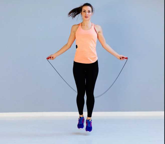 Вспомним детство: как скакать со скакалкой, чтобы сбросить лишний вес