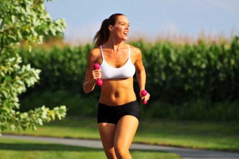 Бег является отличным способом, позволяющим эффективно бороться с лишними килограммами. Он относиться к кардио нагрузке, и если нет никаких противопоказаний