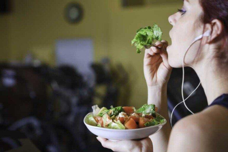10 советов, как можно правильно питаться даже тем, кто ест на бегу